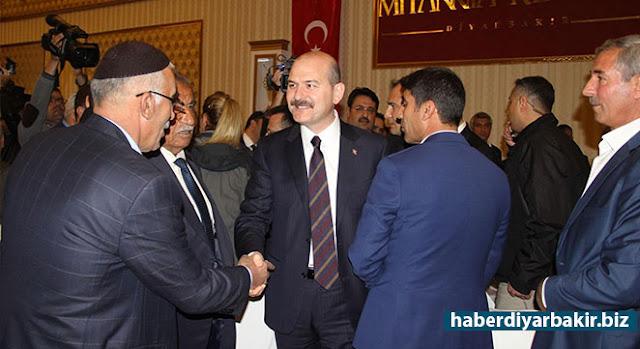 DİYARBAKIR-16 Nisan'da yapılacak referandum çalışmaları kapsamında Diyarbakır'a gelen İçişleri Bakanı Süleyman Soylu, sivil toplum kuruluşu ve kanaat önderleriyle yemekli toplantıda bir araya geldi.