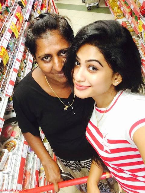 Piumi Hansamali with her mother