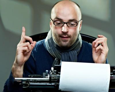 Photo d'un homme qui utilise une machine à écrire
