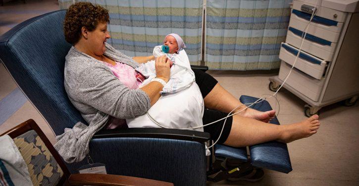 الجدة التي اعتقدت أنها وصلت لسن اليأس ولدت طفلاً رضيعاً