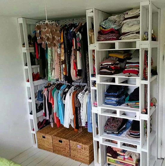 Với ý tưởng này thì bạn vừa chẳng phải bỏ tiền ra để sắm tủ đựng quần áo, lại tạo nên một sản phẩm tạo ấn tượng thú vị cho căn phòng, có cả ngăn dành cho quần áo treo, quần áo gấp, chỗ để giày dép nữa.