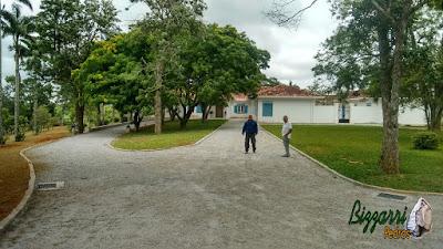 Execução da rua em entrada da sede da fazenda em Atibaia-SP. Rua de pedra com as guias de pedra folheta e o piso com pedrisco com as caixas para captação da água da chuva e no paisagismo o gramado com grama batatais e grama amendoim.