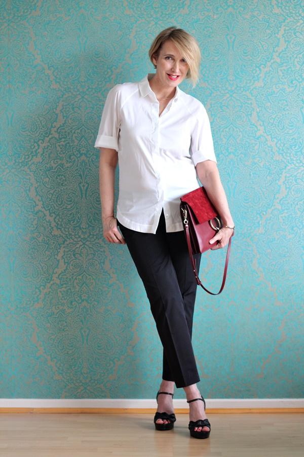 Klassische weiße Bluse zur schwarzen Hose
