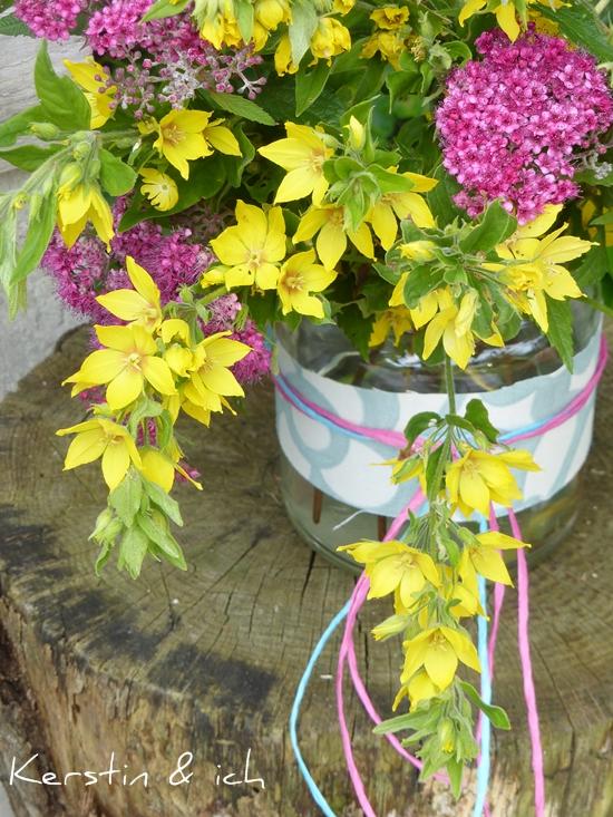 Deko mit Sommerblumen und mit Stoffresten umwickeltem Einmachglas