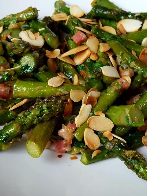 La Belle Auberge: Asparagi in padella con pancetta, porri e