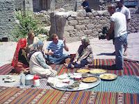 Şoray Uzun Yolda ekibine misafirperverlik gösteren bir köy halkı