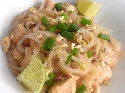 Danie tajskie z kurczakiem i makaronem ryżowym