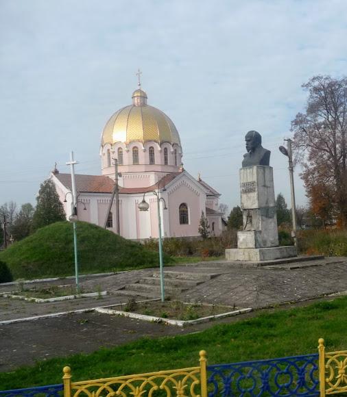 Лівчиці. Церква і пам'ятник Шевченку
