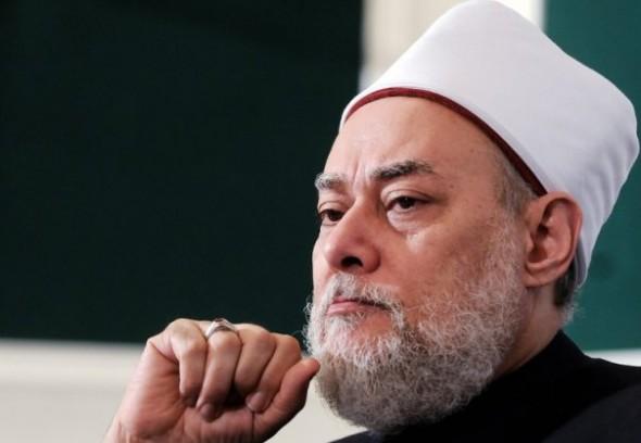 علي جمعة: من قام بقتل رجلاً يريد أن يزني بزوجته يُعد بطلاً ويستحق وسام