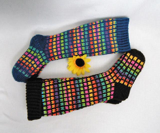 -heegeldatud -põlvikud -sokid -ruuduline -crochet - sock -kneesock -rainbow -vikerkaar