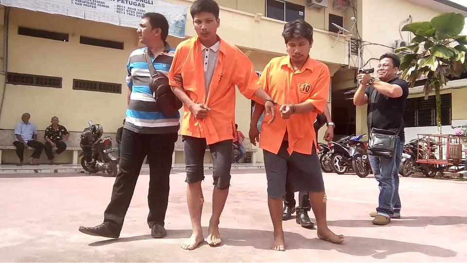 Kedua tersangka pelaku perampokan saat di kantor Polres Asahan