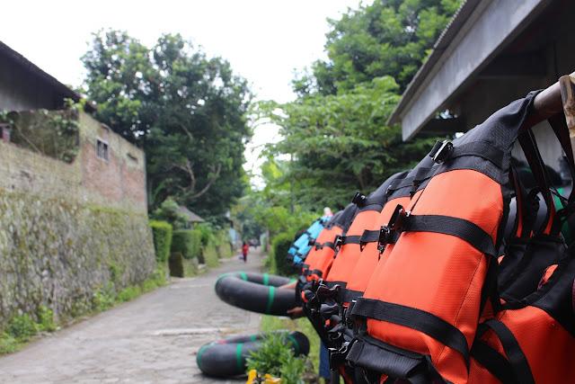 Photo : Baju pelampung yang akan dikenakan wisatawan
