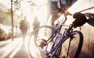 Silhueta de duas pessoas caminhando sobre uma calçada e uma bicicleta sem uso encostada numa parede  -desktopwallpapers.org.ua_15674 Eliseu Antonio Gomes Belverede