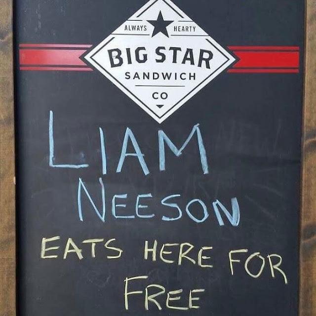 Café pone letrero de broma y Liam Neeson aparece en el local