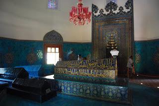 A l'intérieur, le tombeau de Mehmed I est richement décoré de faïences, tout comme la partie basse des murs.
