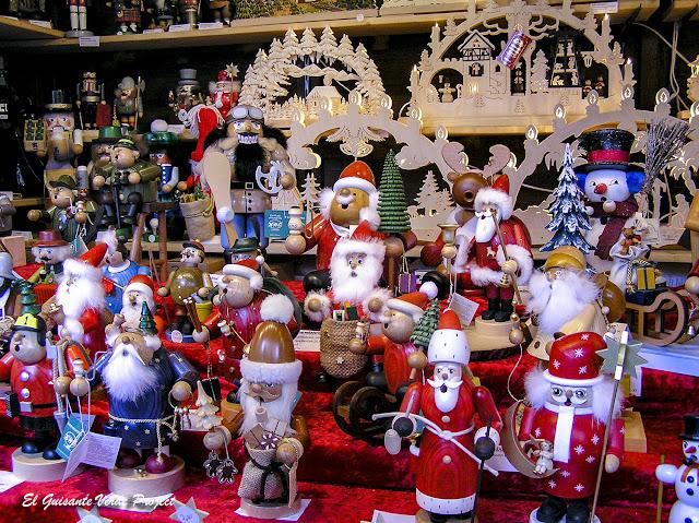 Figuras de madera en los Mercados de Navidad en Frankfurt por El Guisante Verde Project