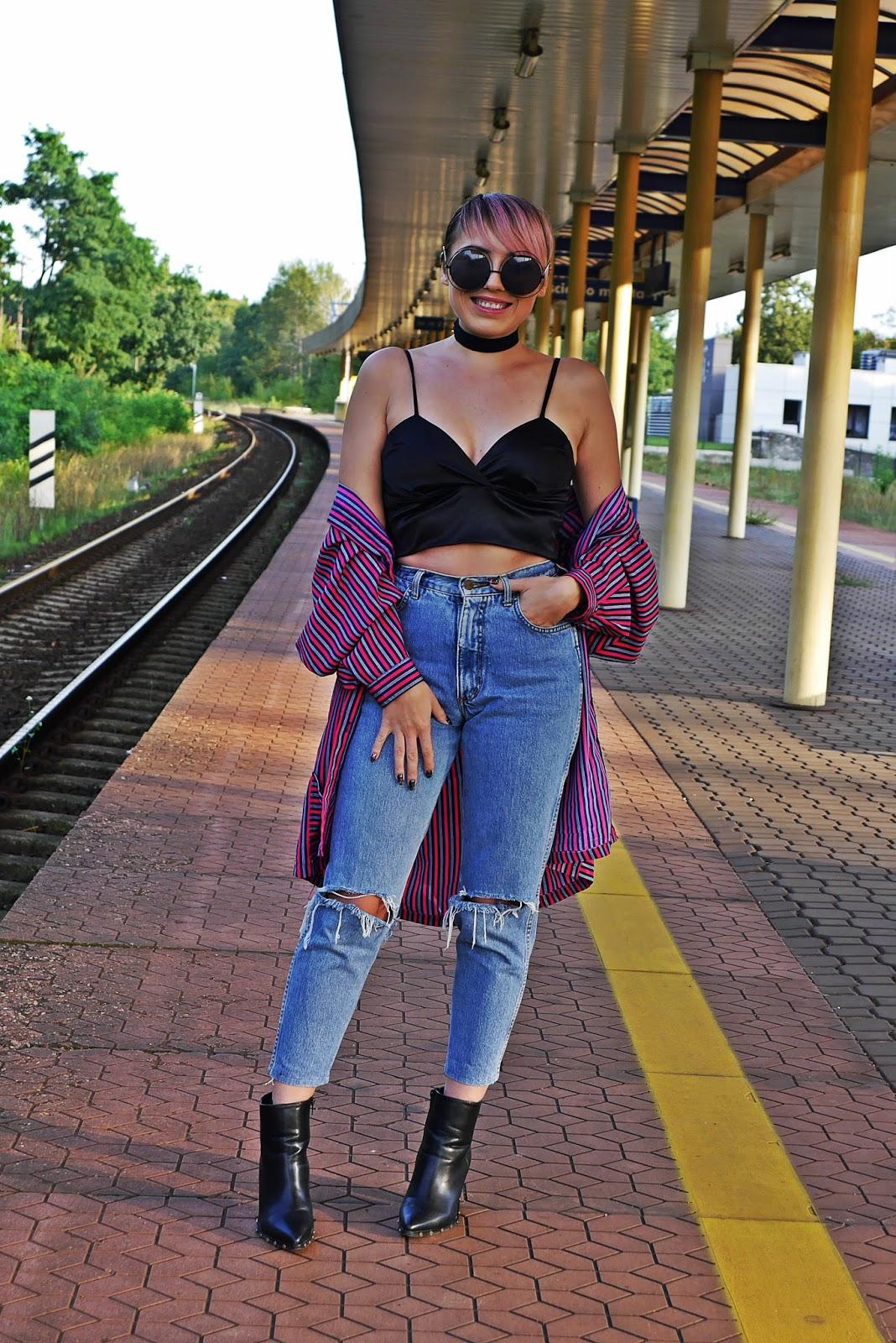 9_jeansowe_spodnie_z_wysokim_stanem_crop_top_botki_karyn_blog_modowy_240817a