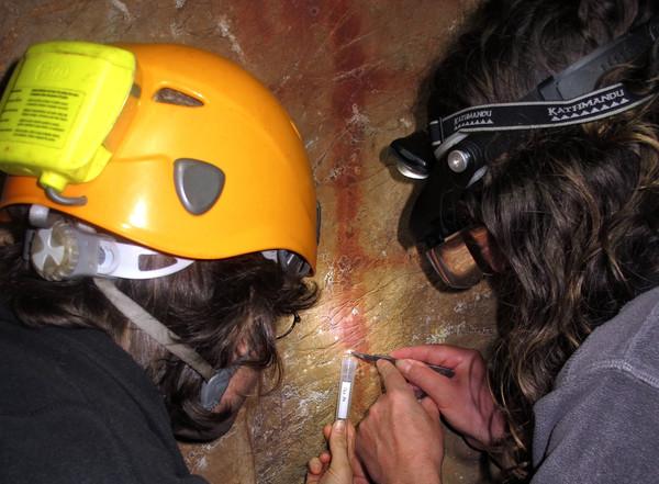 Recogida de costra carbonática sobre pintura en la cueva de La Pasiega (Cantabria) para su análisis por Uranio-Torio