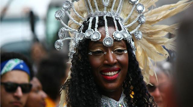 mujer afro-latina de raza negra