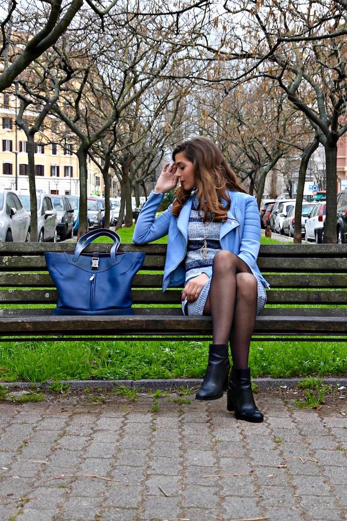 come-indossare-una-giacca-di-pelle-azzurra