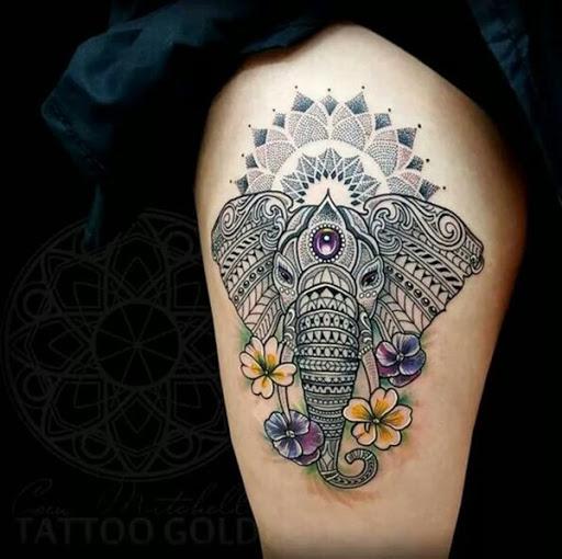 Pelo menos este tem uma jóia no centro de sua cabeça e algumas flores para acentuar a imagem principal.