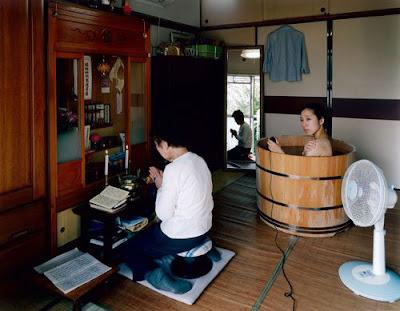 autoretrato de mujer japonesa bañandose