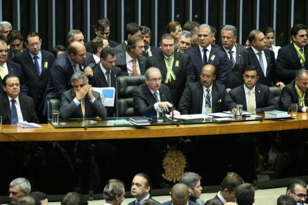 A Câmara dos Deputados autorizou neste domingo 17 a abertura de processo de impeachment contra a presidenta Dilma Rousseff. A decisão, no entanto, não significa que Dilma tenha de deixar o Palácio do Planalto imediatamente. Entenda o que acontece a partir de agora e quais os próximos passos para que o impeachment contra Dilma prossiga.  Para onde segue o processo depois da votação na Câmara?  Conforme definido pelo Supremo Tribunal Federal, depois da votação na Câmara, caberá ao Senado definir se há razões para a continuidade da ação, o que deve acontecer em cerca de um mês. O pedido de impeachment será enviado na segunda-feira 18 ao Senado, que é composto por 81 integrantes.  A previsão é que a denúncia seja lida em plenário na Casa no dia 19 de abril, terça-feira. A partir de então, o Senado terá de criar uma comissão especial com 21 participantes para analisar o caso.  Dentro de 48 a comissão deve definir presidente e relator. A comissão tem dez dias úteis para apresentar um parecer admitindo ou não a abertura do processo de impeachment.