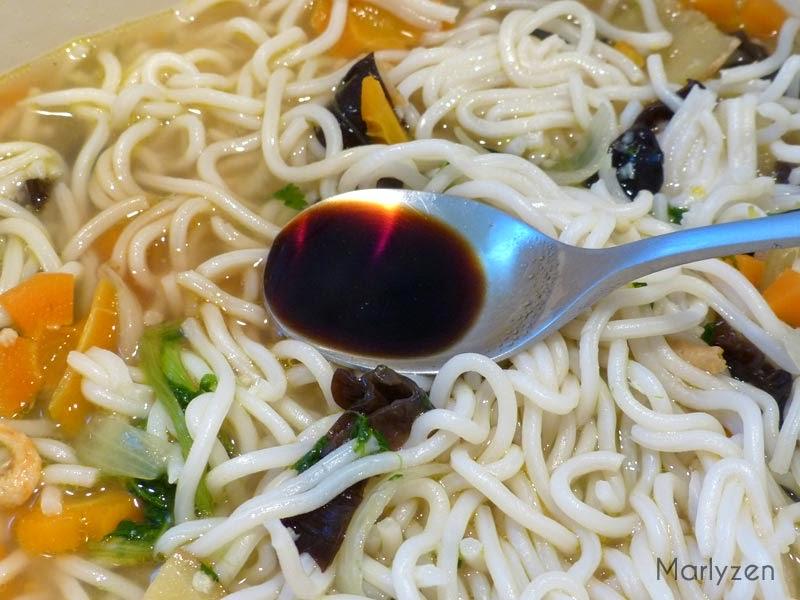 Ajoutez les ramen et la sauce soja.