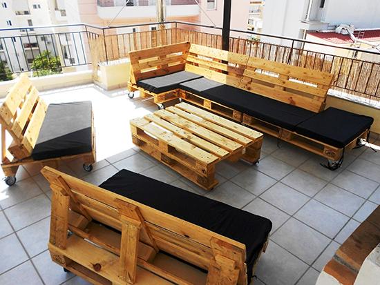 contoh ruang keluarga dari kayu peti kemas bekas