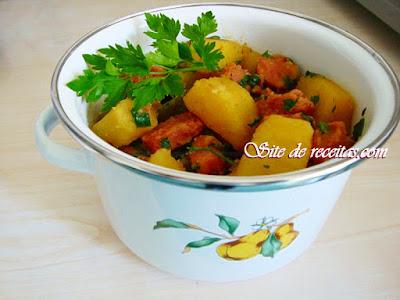 Linguiça com batata-doce e pimentão