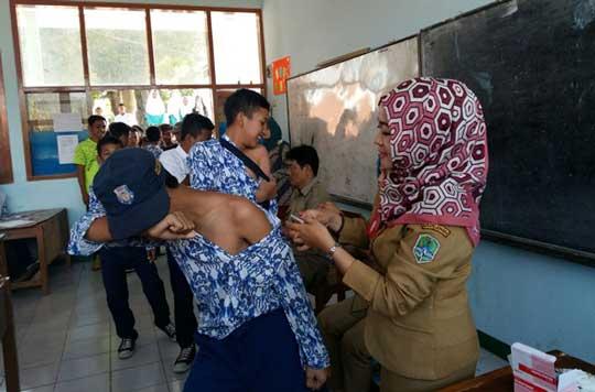 ribuan siswa di majalengka ikuti imunisasi campak
