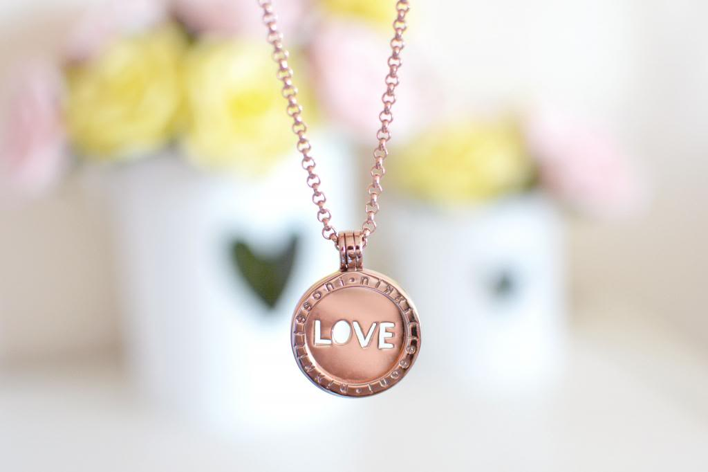 nikki lissoni rose gold necklace,