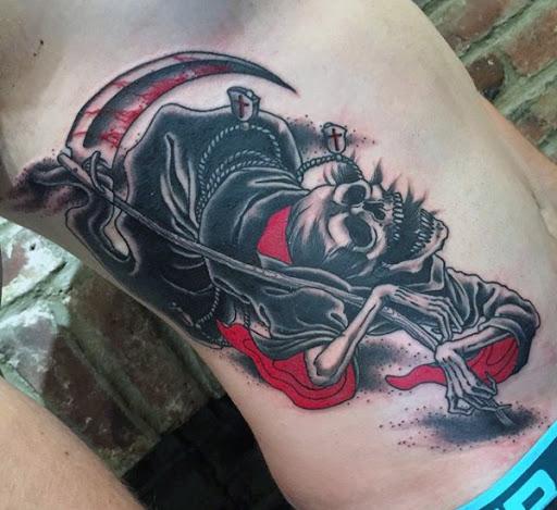 Grim Reaper tatuagem com um vermelho brilhante tinta. A tinta vermelha sobre a tatuagem representa tanto sangue e o manto do reaper, significando a morte física e espiritual ao mesmo tempo.