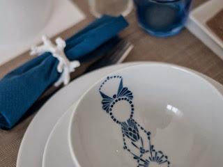 vajilla con detalles en azul