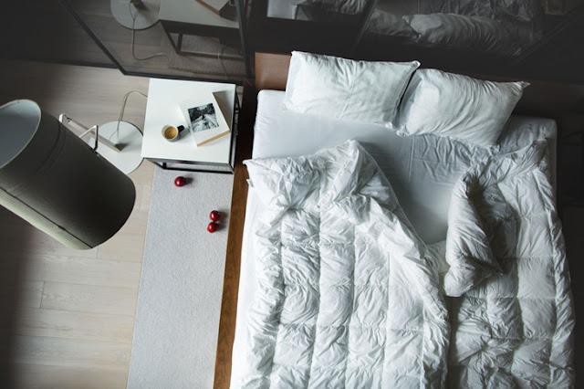Lemn, cărămidă și beton într-un proiect de amenajare modern al unui apartament de 76 m²