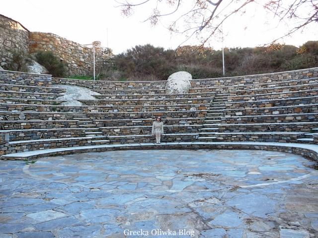 widok na teatr, siedziska w marmurowym teatrze wyspy Tinos na Volaks