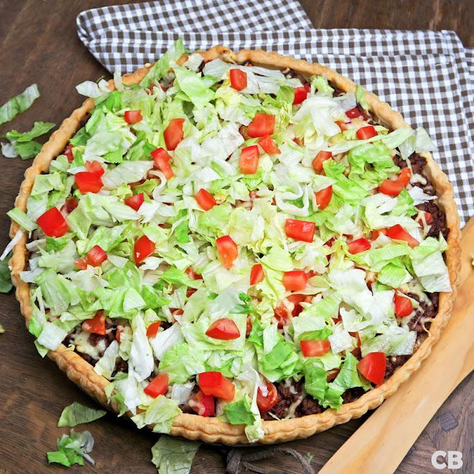 Hartige taart met tacogehakt, tomaten, kaas en sla