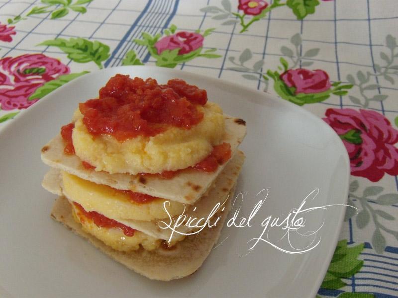 Tortino di sfogliate vegane con polenta e pomodoro