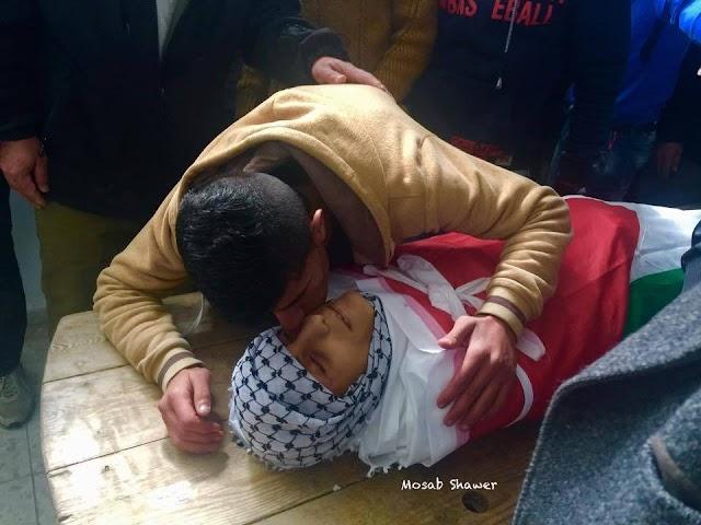 صور : | وداع الأهالي للشهيد الطفل مراد أبو غازي 16عامًا