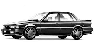Dünyanın en büyük markalarından bir tanesi olan ve havacılıktan ağır sanayiye, otomobilden klimaya kadar çok farklı sektörlerde faaliyet gösteren Mitsubishi, ilk otomobilini 1917 yılında üretmişti ve Model A adındaki bu araç 1910-1921 yılları arasında üretilmiş olan Fiat Type 3 baz alınarak tasarlanmıştı. Ayrıca sadece 22 adet üretilmiş olmasına rağmen, Mitsubishi Model A'nın Japonya'nın ilk seri üretim otomobili olduğunu belirtmek de oldukça önemli. Japonya'dan Almanya'ya geçersek;Mercedes'in kendi bünyesinde yer alan fabrika çıkışı modifiye firması AMG ise 1967 yılındaHans WernerAufrecht ve ErhardMelcher tarafından kuruldu ve kurucularının soyadlarının baş harfleri ile Hans Werner Aufrecht'un doğum yeri olanGroßaspach şehrinin baş harflerini aldı. Firmanın ilk başlarda herhangi bir otomobil markası ile organik bir bağı yer almıyordu ancak 1970'li yılların başında Mercedes modellerini modifiye ederek işe başladı. 1993 yılında ise bu azimli çalışma Mercedes ile AMG arasında resmi bir ilişkiye dönüştü ve AMG resmi bir Mercedes bayisi haline geldi. 1999 yılında ise Mercedes'in bünyesinde yer aldığı Daimler-Chrysler AMG'nin %51 hissesini satın aldı. 2005 yılına gelindiğinde Chrysler'den ayrılan Daimler, geri kalan %49 hisseyi de satın alarak AMG'nin tamamına sahip oldu. 80'li yıllardan bir AMG çalışması; Mercedes R107 kasa 500SL Görüleceği gibi kökleri, ülkeleri ve ortaya çıkış amaçları bambaşka olan 2 farklı markadan bahsediyoruz ancak bu 2 markanın yolu 1987 yılında Mitsubishi otomobil markası ile kesişmişti. Bir üst paragrafta AMG'nin 1993 yılına kadar Mercedes'ten bağımsız bir firma olduğundan bahsetmiştik. İşte bu tarihlerdeki bağımsızlık AMG'ye, Mercedes harici markalar ile de çalışma fırsatı tanımıştı. Bunlardan ilki Mitsubishi'nin 1986 yılında satışa sunduğu ve lüks Japon modellerinin temsilcilerinden olan Debonair Royal modeliydi. 80'li yılların tipik köşeli tasarımına sahip olan bu modelin AMG versiyonunda 200ps gücünde 3.0lt V6 silindir DOHC çok noktadan enj