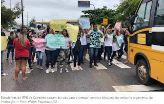 Estudantes do IFPB protestam contra bloqueio de verbas do orçamento