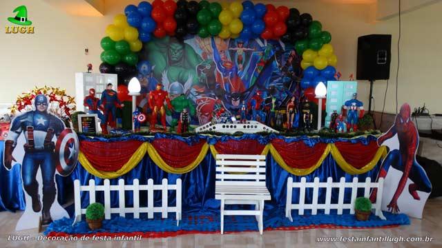 Mesa decorada de aniversário infantil Masculina em mesa de tecido tema Super Heróis