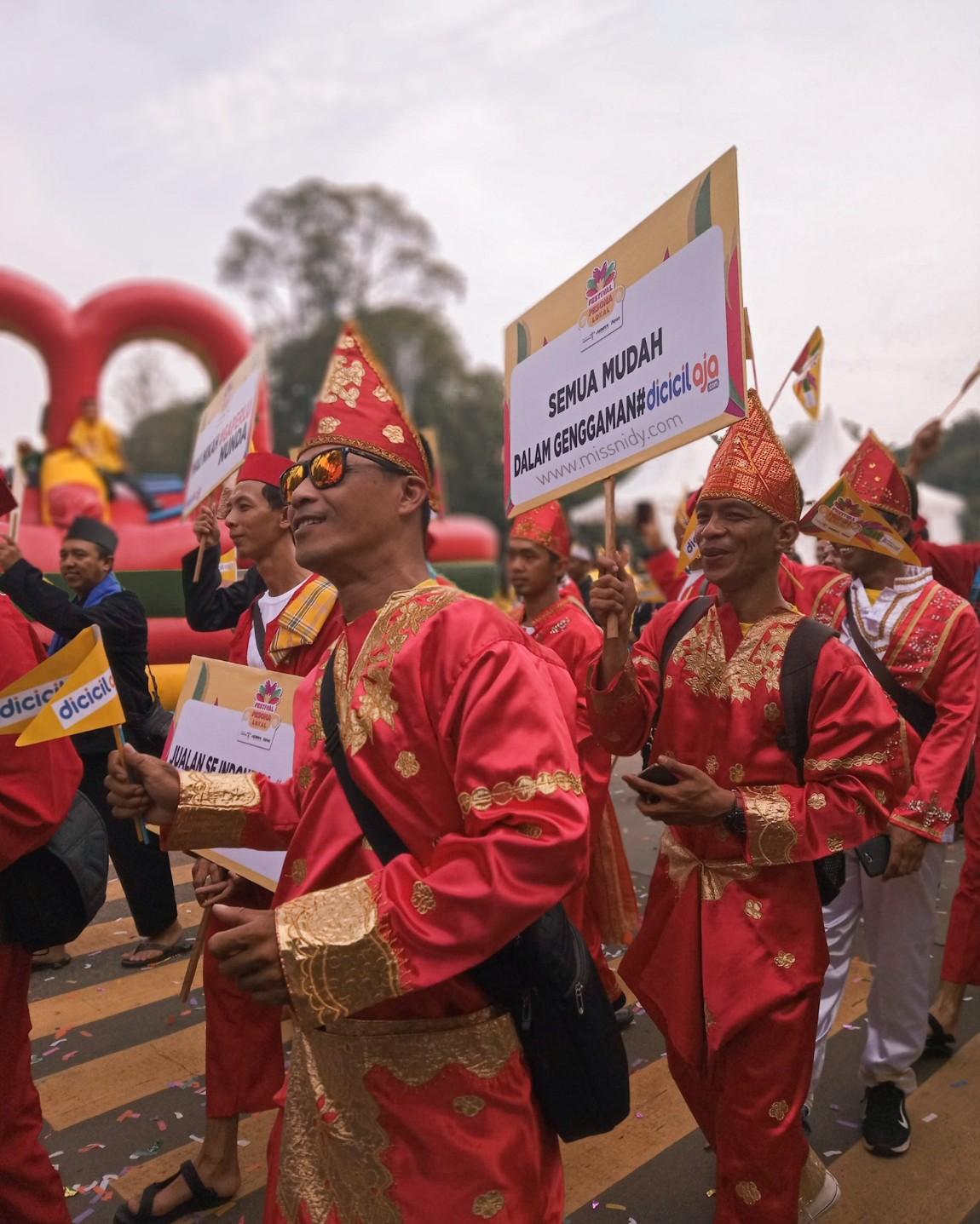 parade budaya lokal di festival pesona lokal jakarta
