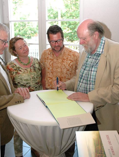 Schriftsteller Volker Gallé und die Fotografen Robert Dieth und Iris Schröder signieren ihr Buch Rheinhessen - Himmel und Erde