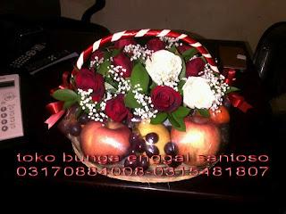 Rangkian Parcel Bunga Dan Buah Spesial Mawar Merah