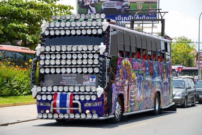 автобус с множеством фар впереди