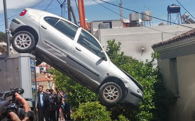 Αυτοκίνητο «προσγειώθηκε» σε αυλή σπιτιού στη Μυτιλήνη