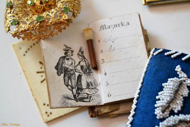 carnet de baile hueso, cuaderno de baile, broche dorado antiguo, grabado