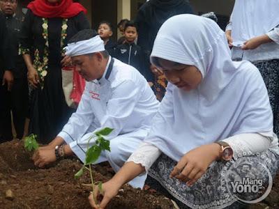 Kang Dedi Mulyadi  Bupati Purwakarta dan Siswi SDN sedang menanam cabai