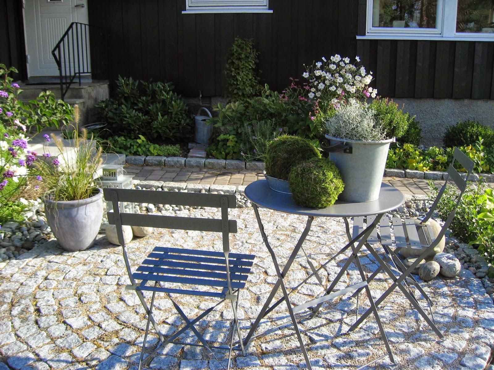 Tips til hvordan du lager mosekuler. Stilleben på et bord med mosekuler og høstkrukker. Furulunden.